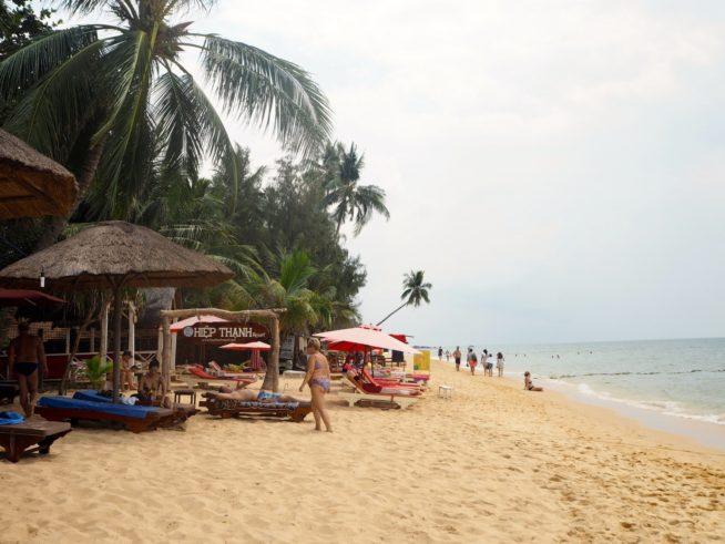 白い砂浜が続くロングビーチ