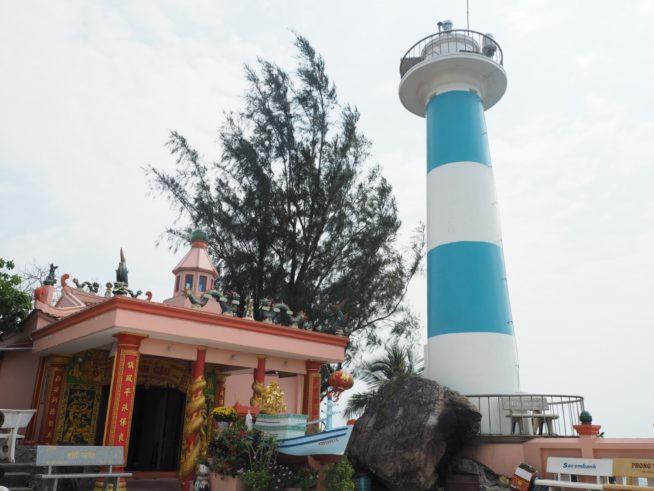カウ岩にあるお寺と灯台