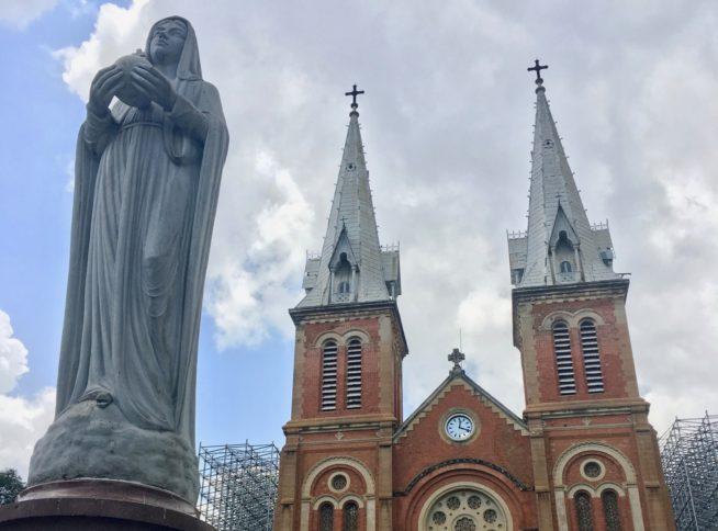 聖母マリア像とサイゴン大教会