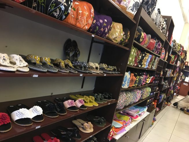 奥に長い店内にはサンダルやハンドメイドのバックなどが飾られている