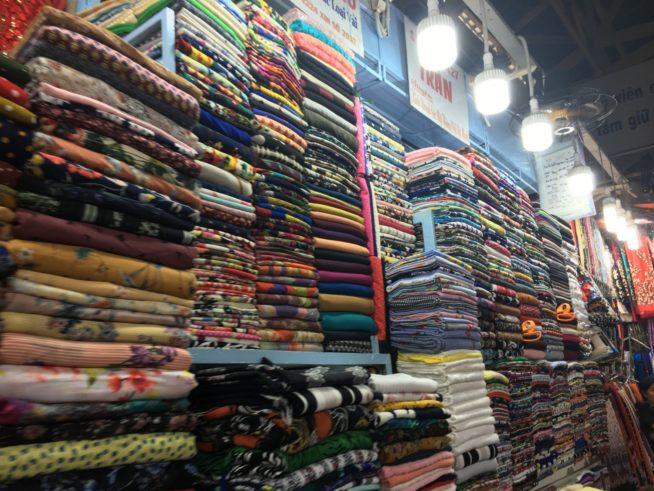 「布市場」とも称されるタンディン市場の中