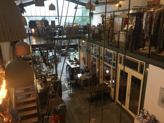 二階がセレクトショップで一階がカフェ
