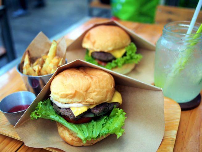 肉汁たっぷりのハンバーガーは絶品