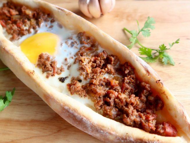 笹船型がかわいいトルコのピザ「ピデ」