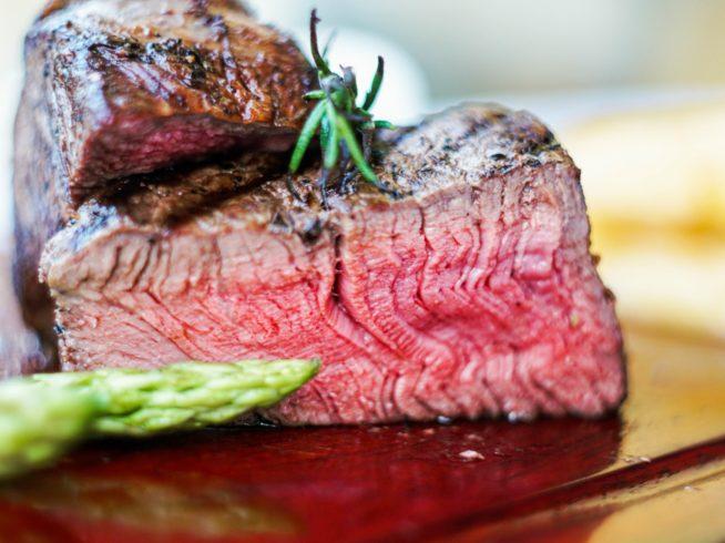 オージービーフを使ったステーキはホイアンで一番と評判!