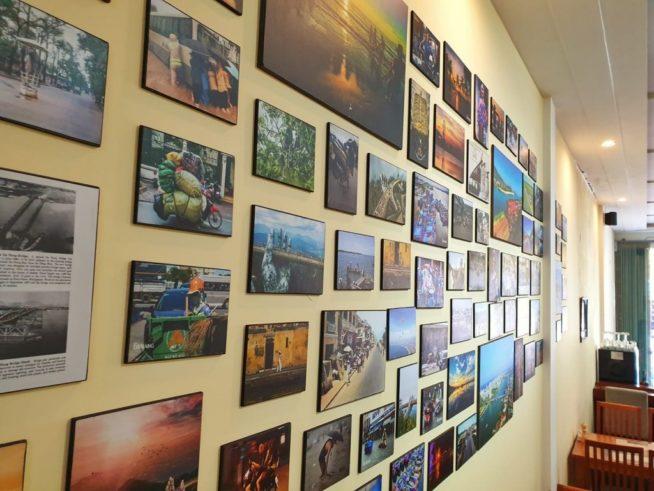 壁一面に飾られた写真