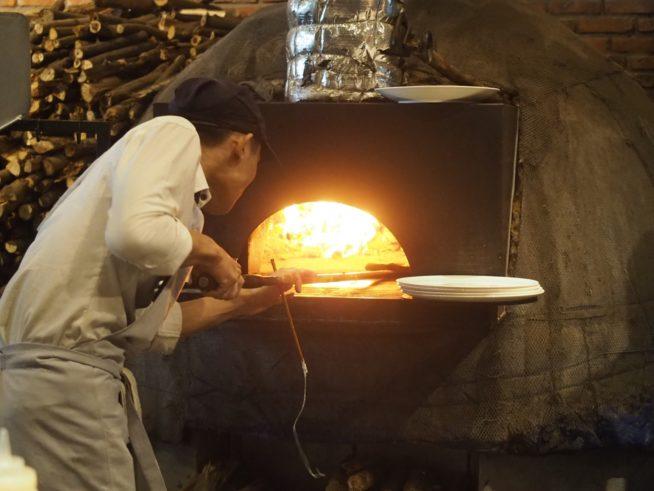 オシャレな店内にある本格石窯で焼き上げる