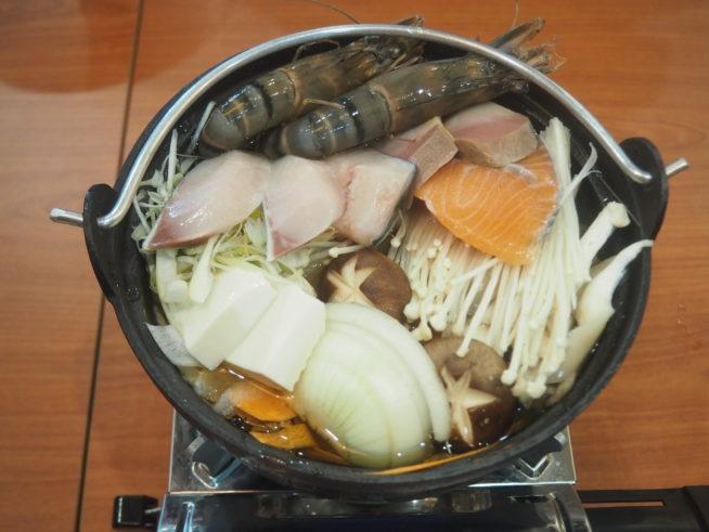 たくさんの野菜とえび、サーモンなどの魚介が入った寄せ鍋