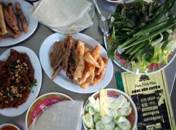 ライスペーパーに具材を巻いていただくベトナム料理