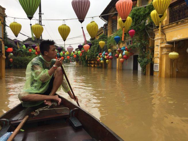 ホイアン洪水クルーズ