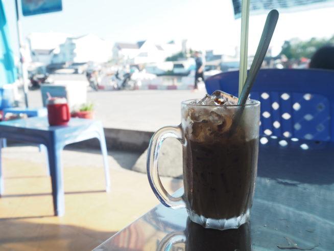 カフェで出港時間を待つ