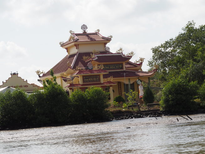 川沿いに立つ寺院