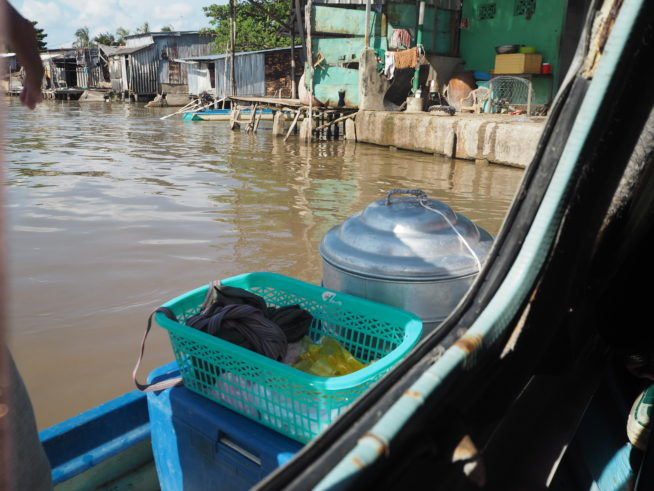 スピードボートに小舟で肉まんを売りに来る。