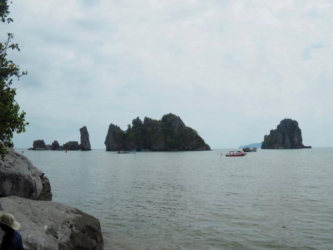 海にぽっかり顔をらしているフ・トゥ岩