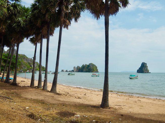 海岸から見たフ・トゥ岩
