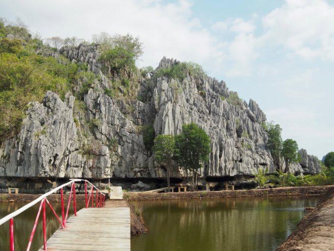 突然道沿いに現れる石灰の岩山