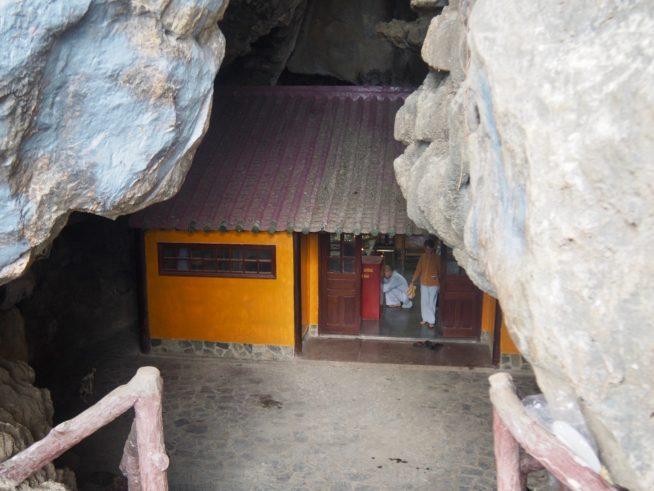岩の中にある寺院