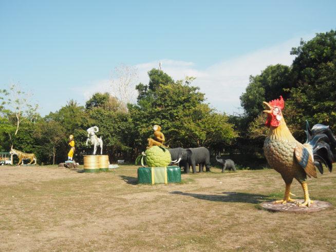 猿、鶏、虎などのオブジェが並ぶ