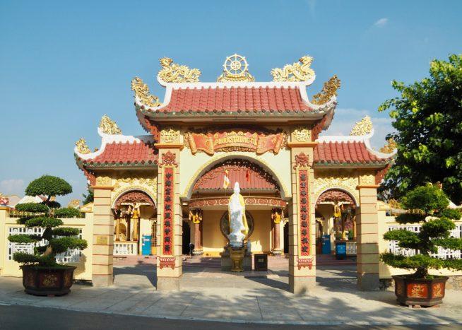 山の麓にあるお寺