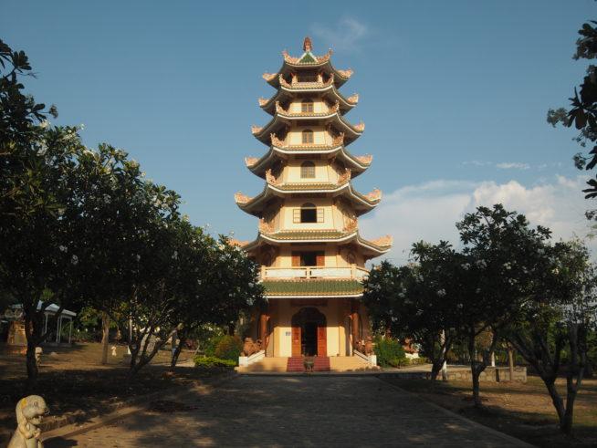 お寺の近くにある高い塔