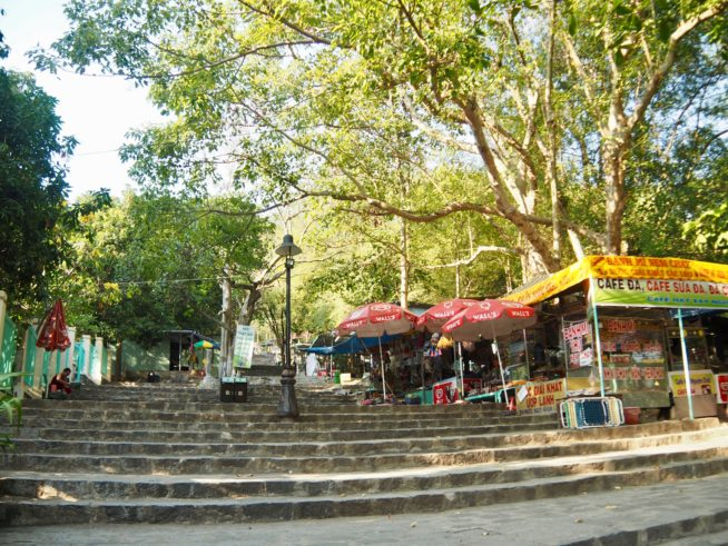 山頂までの階段の両端には、お店が立ち並んでいる。