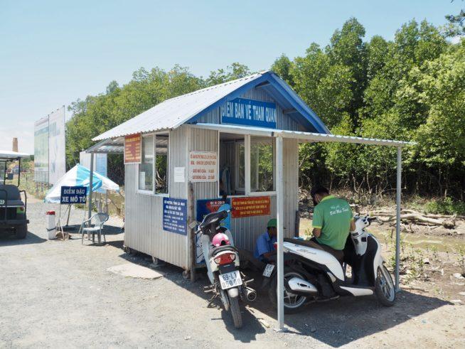 バイクタクシーと待ち合わせ場所にわかりやすい、国立公園のチケット売り場。