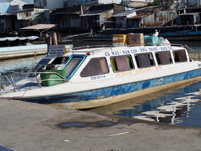 地元の人の大切な交通手段、スピードボート