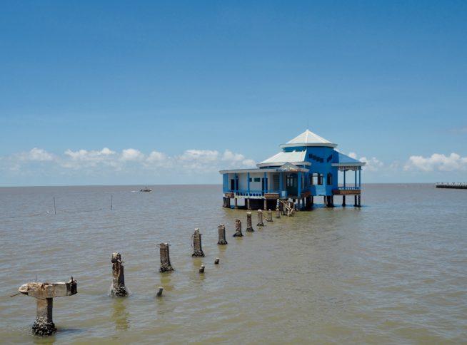 海の中に佇むレストラン