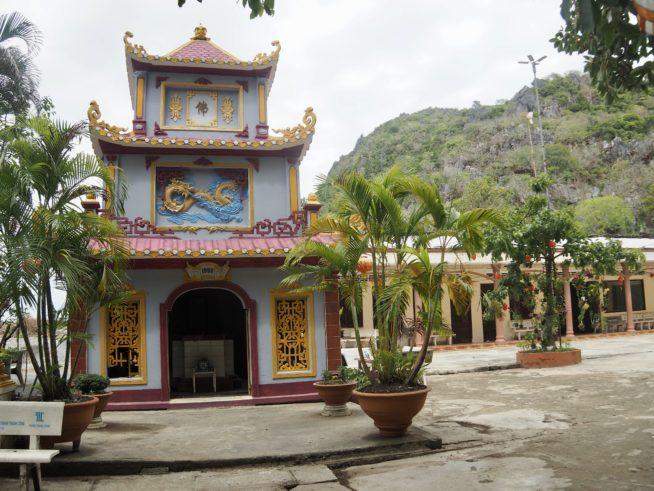 海岸の洞窟の中に建てられたお寺