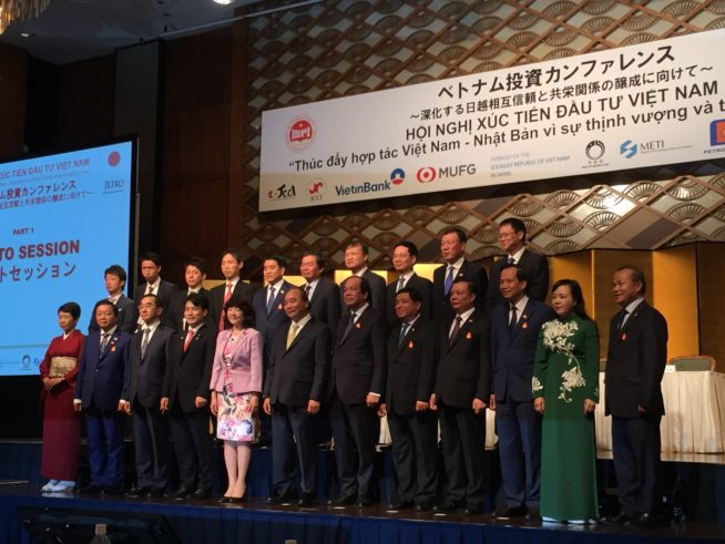 会議に出席した代表者とNguyen Xuan Phuc首相(岡田大輔-2段目の左から2番目)
