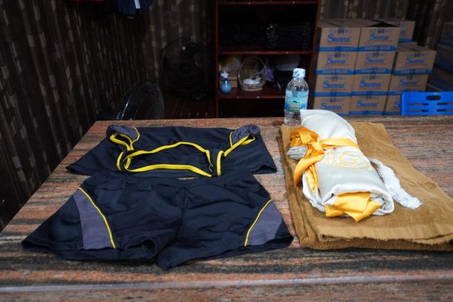 貸し出し用の水着、タオル、水、ロッカーキーが用意されるので受け取りましょう。