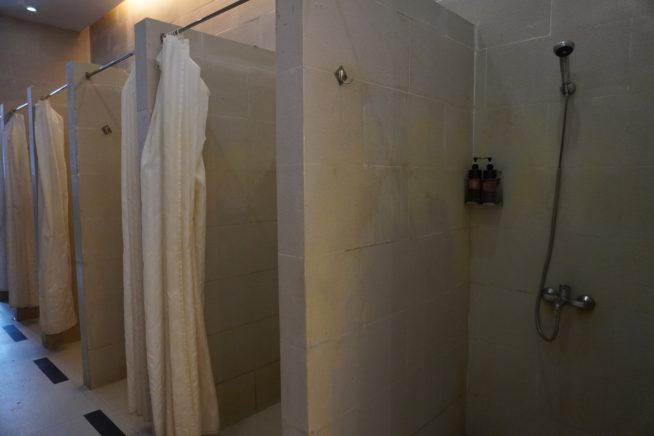 奥にはシャワーや更衣室があります。