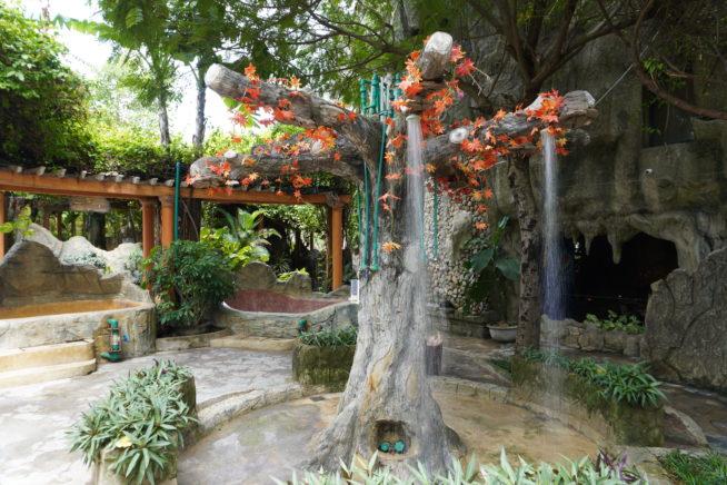木の形をした温水シャワー