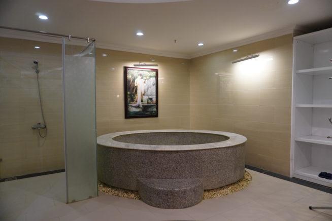 泥風呂用の浴槽とシャワー